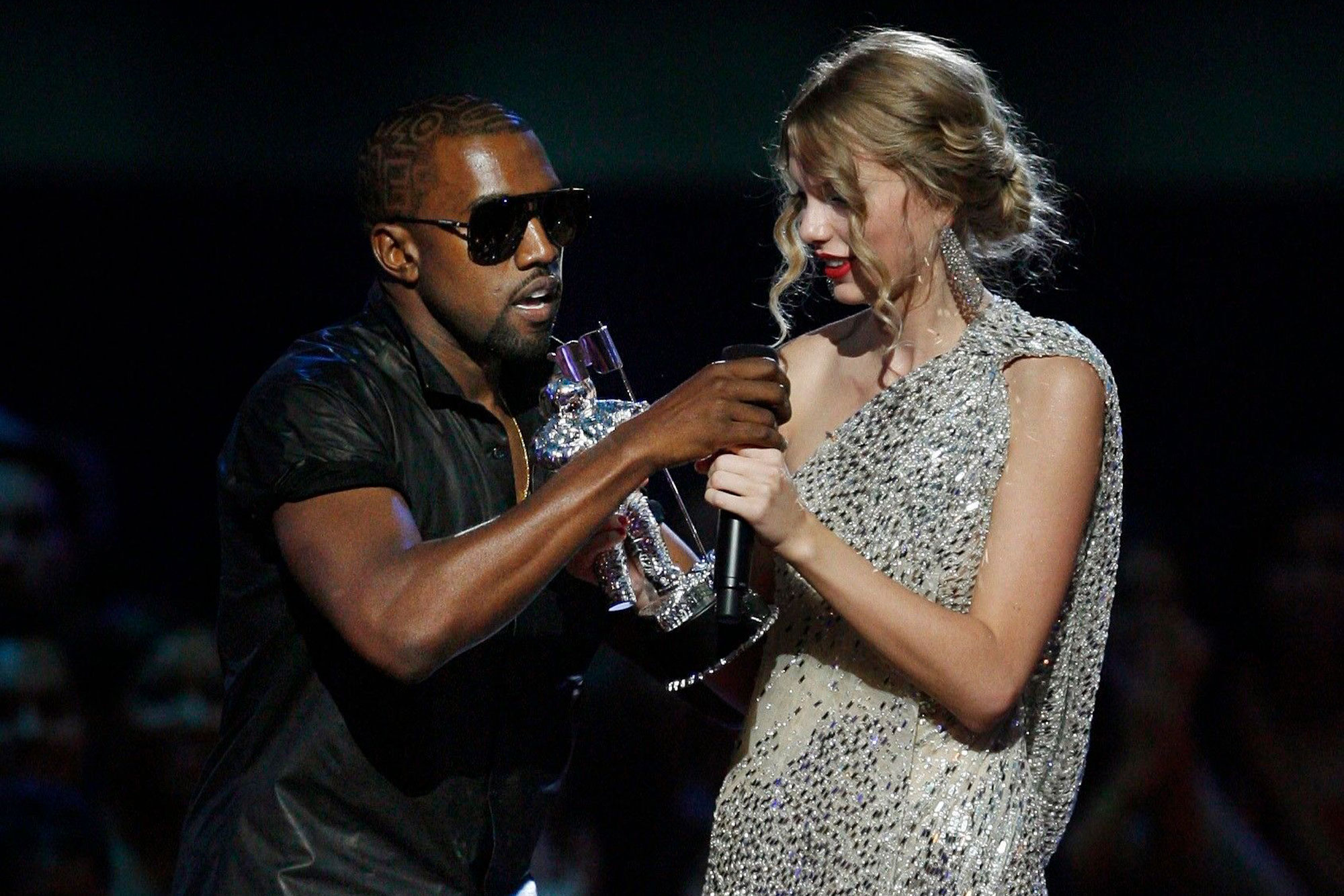 Kanye West Storms The Vmas Stage During Taylor Swift S Speech Rolling Stone