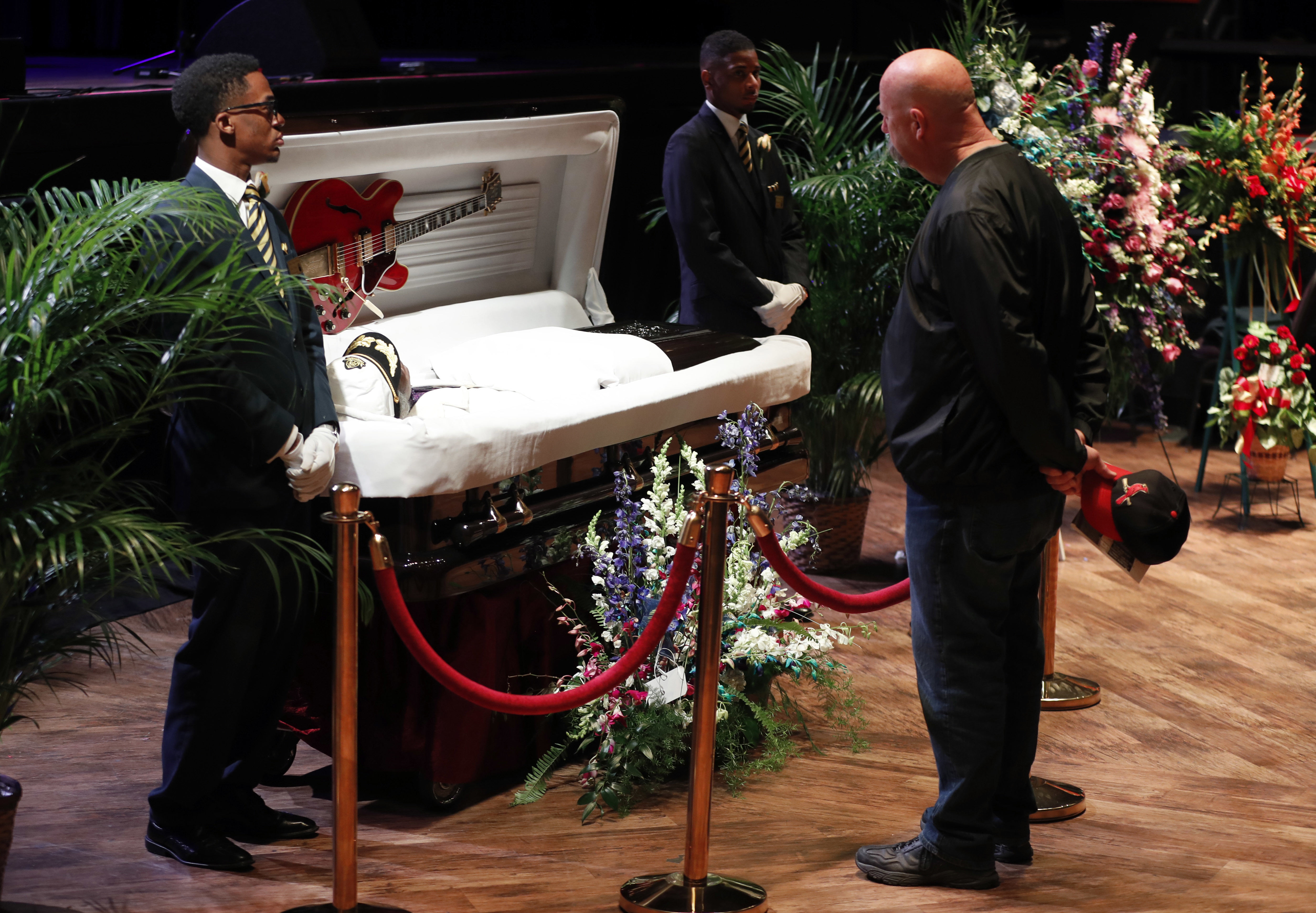 Chuck Berry Laid To Rest At All Star St Louis Memorial Rolling Stone