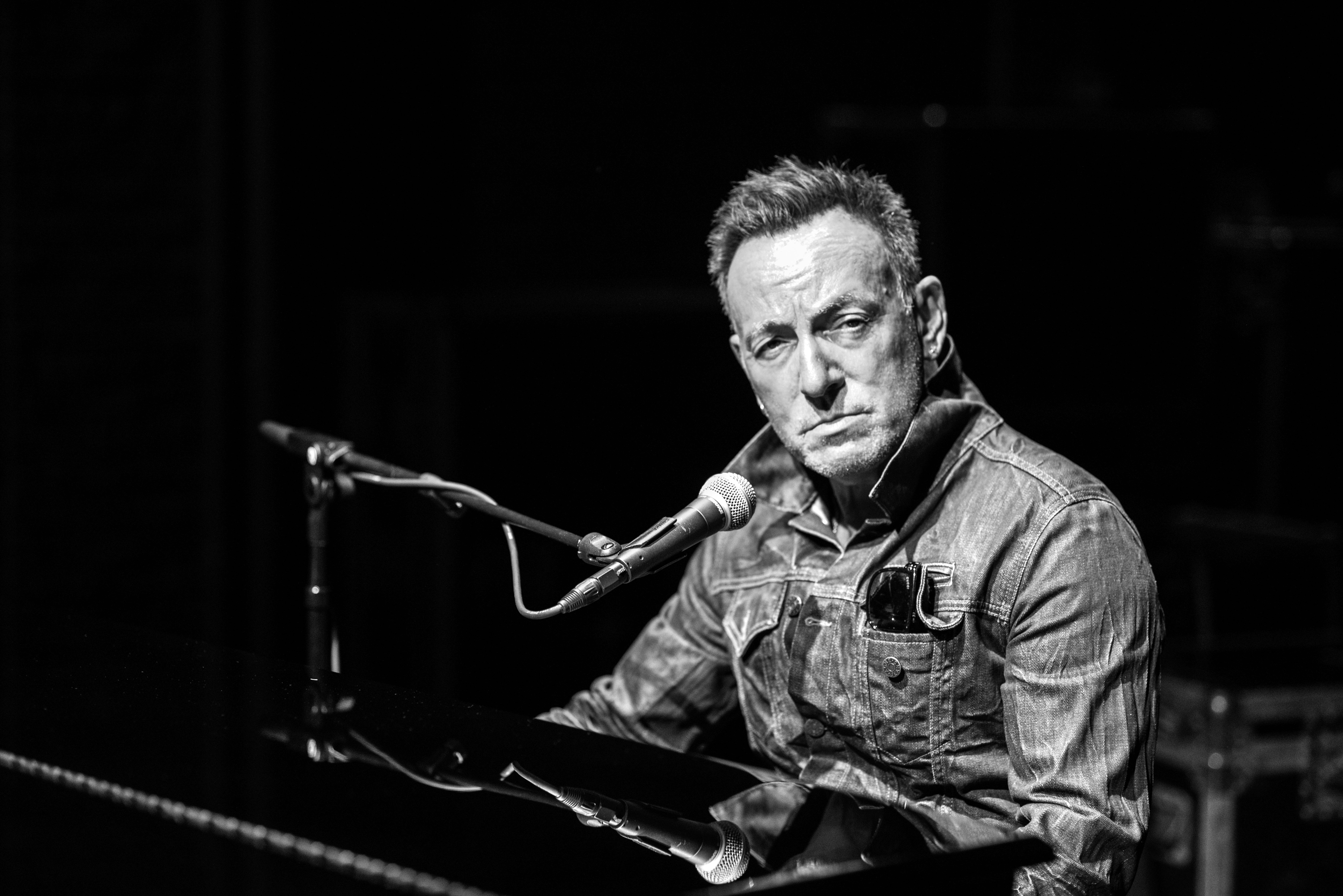 Review: Bruce Springsteen on Broadway Is a Triumph – Rolling Stone