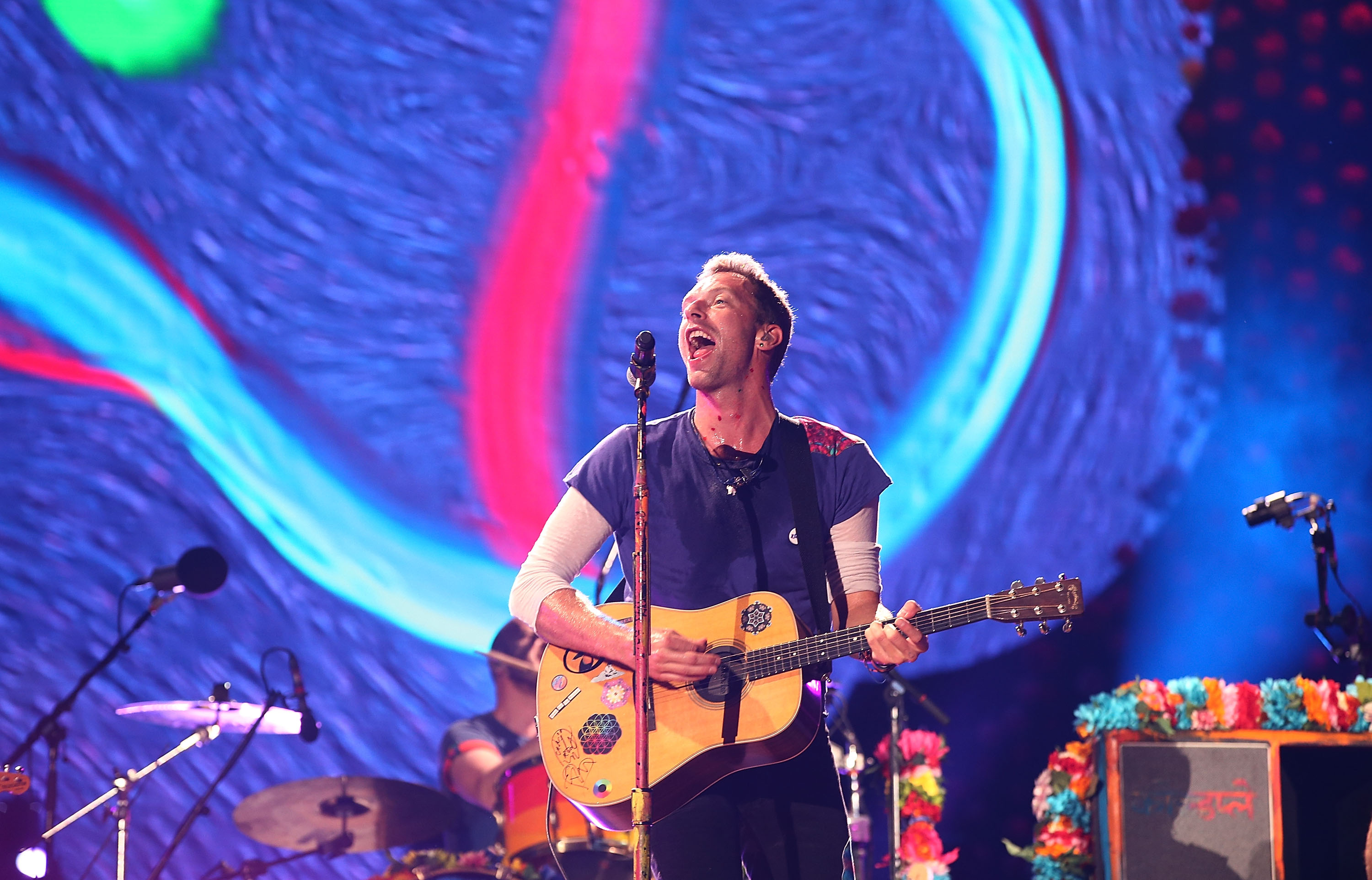 coldplay singer chris martin paid tribute to the late george michael with a performance of last christmas at a london homeless shelter - The Last Christmas