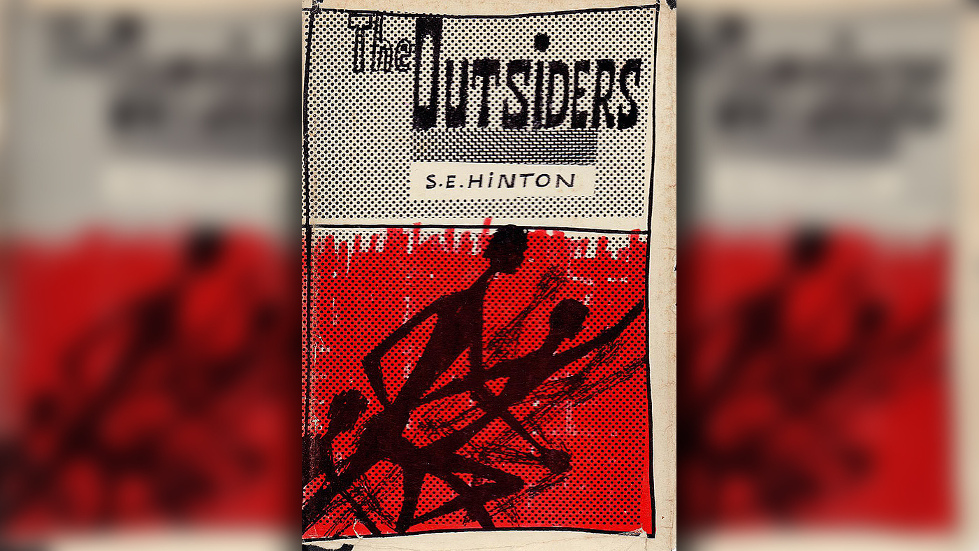 the outsiders compare and contrast the socs and the greasers