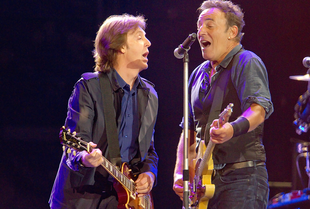watch bruce springsteen and paul mccartney perform i saw her standing there and twist and. Black Bedroom Furniture Sets. Home Design Ideas