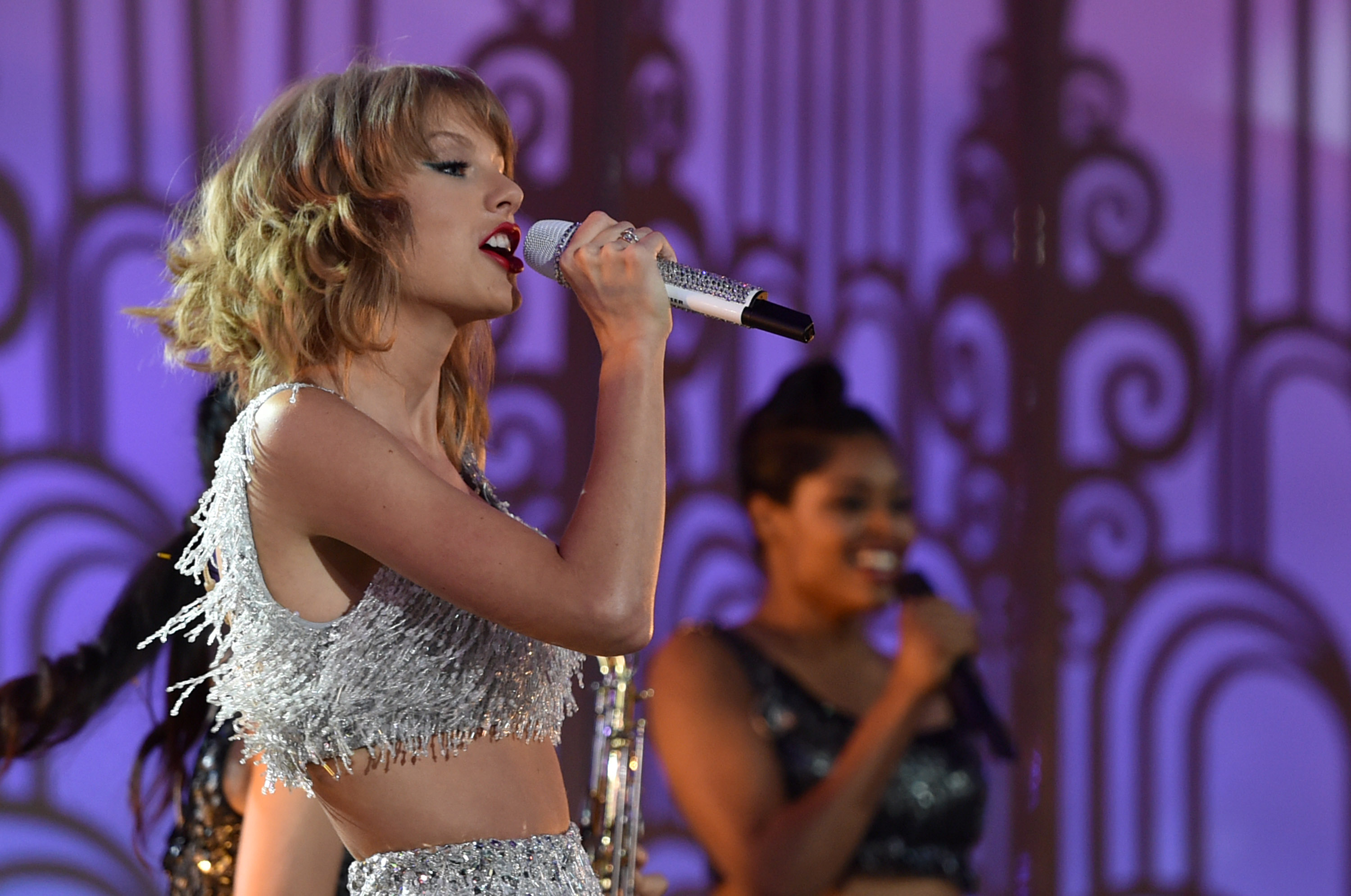 Taylor Swift Dances Her Way to Number One Debut