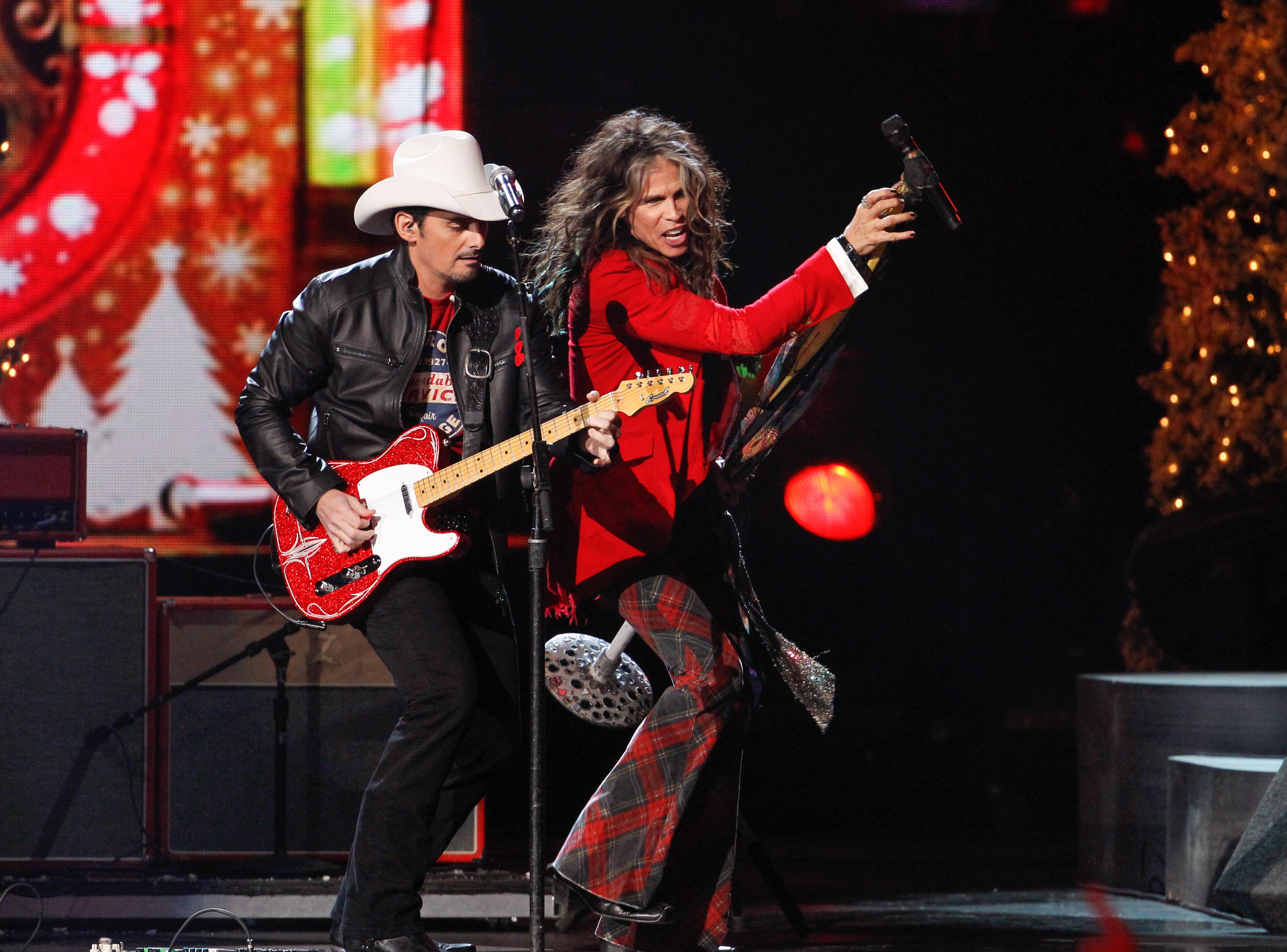 Brad Paisley Christmas.Steven Tyler Brad Paisley Duet On Cma Country Christmas