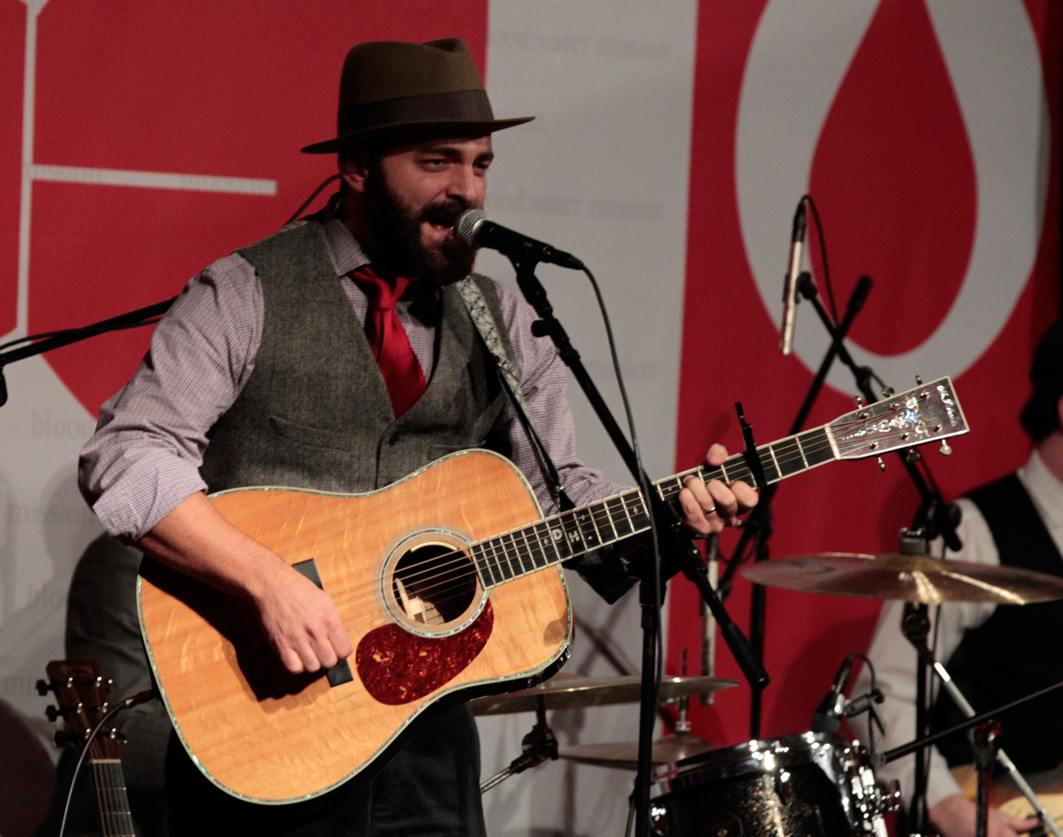 Hear Drew Holcomb Unearth Old-School Sound With 'Avalanche'