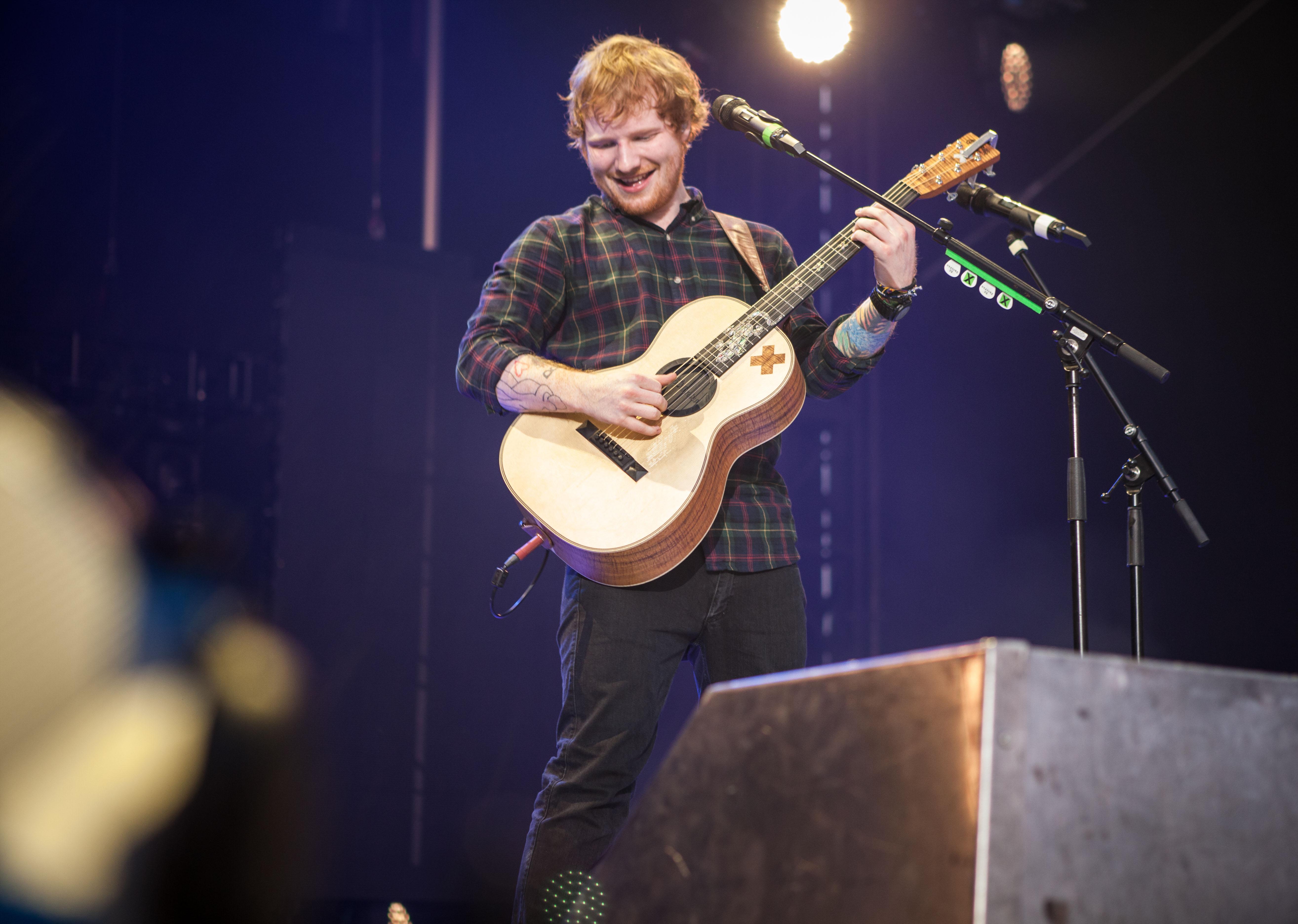 Ed Sheeran Creates Guitar Magic, Covers 50 Cent at Queens Show