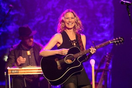 Jennifer Nettles Plots New Solo Album Playing With Fire