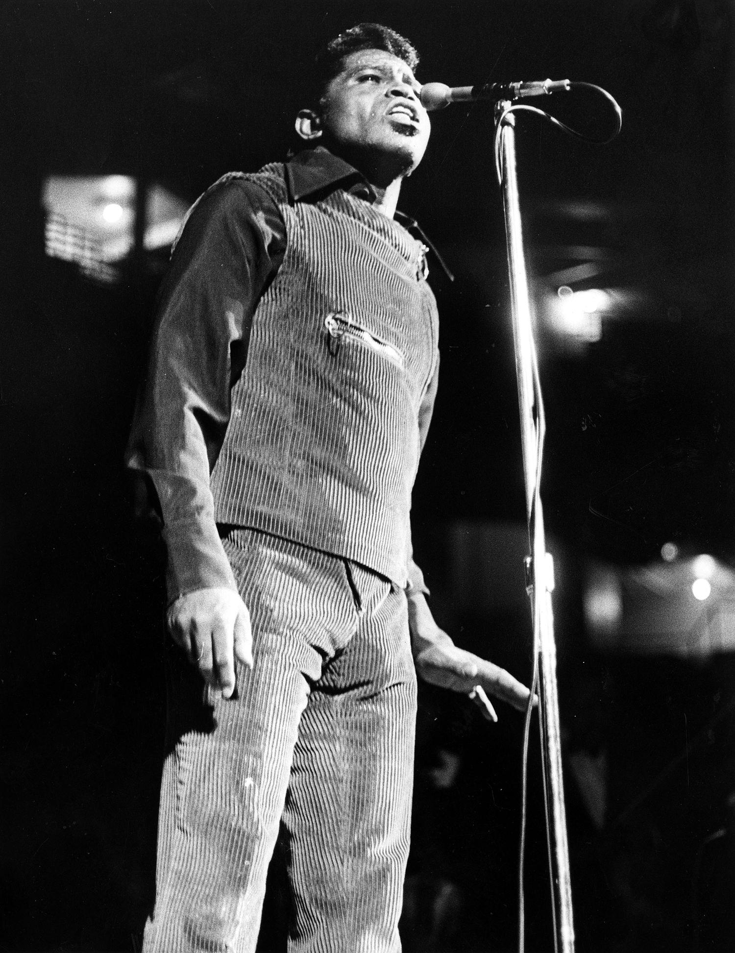 Hendrix Smoking  V-Neck T-Shirt Black  Jimmy Woodstock Cobain Morrison Kurt Jim