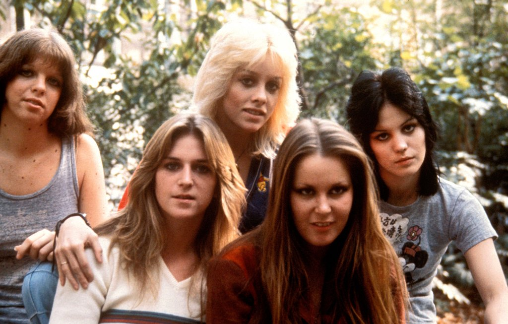 UNSPECIFIED - JANUARY 01: Photo of RUNAWAYS L-R Jackie Fox, Sandy West, Cherie Currie, Lita Ford, Joan Jett (Photo by John Rodgers/Redferns)