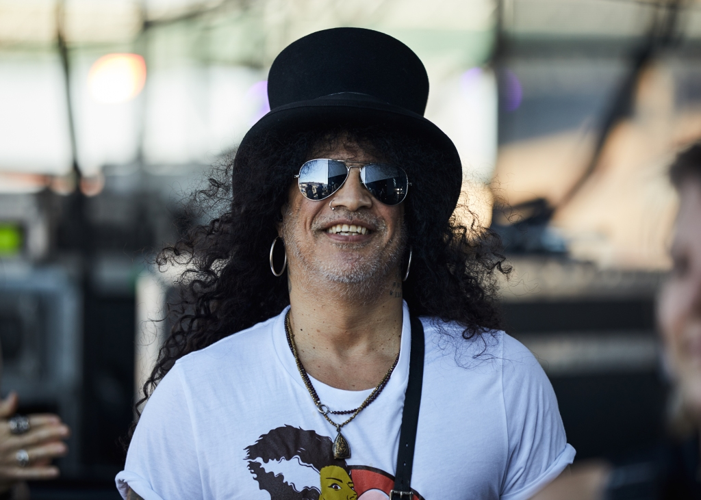 Slash before hitting the stagewithMyles Kennedy and the Conspirators