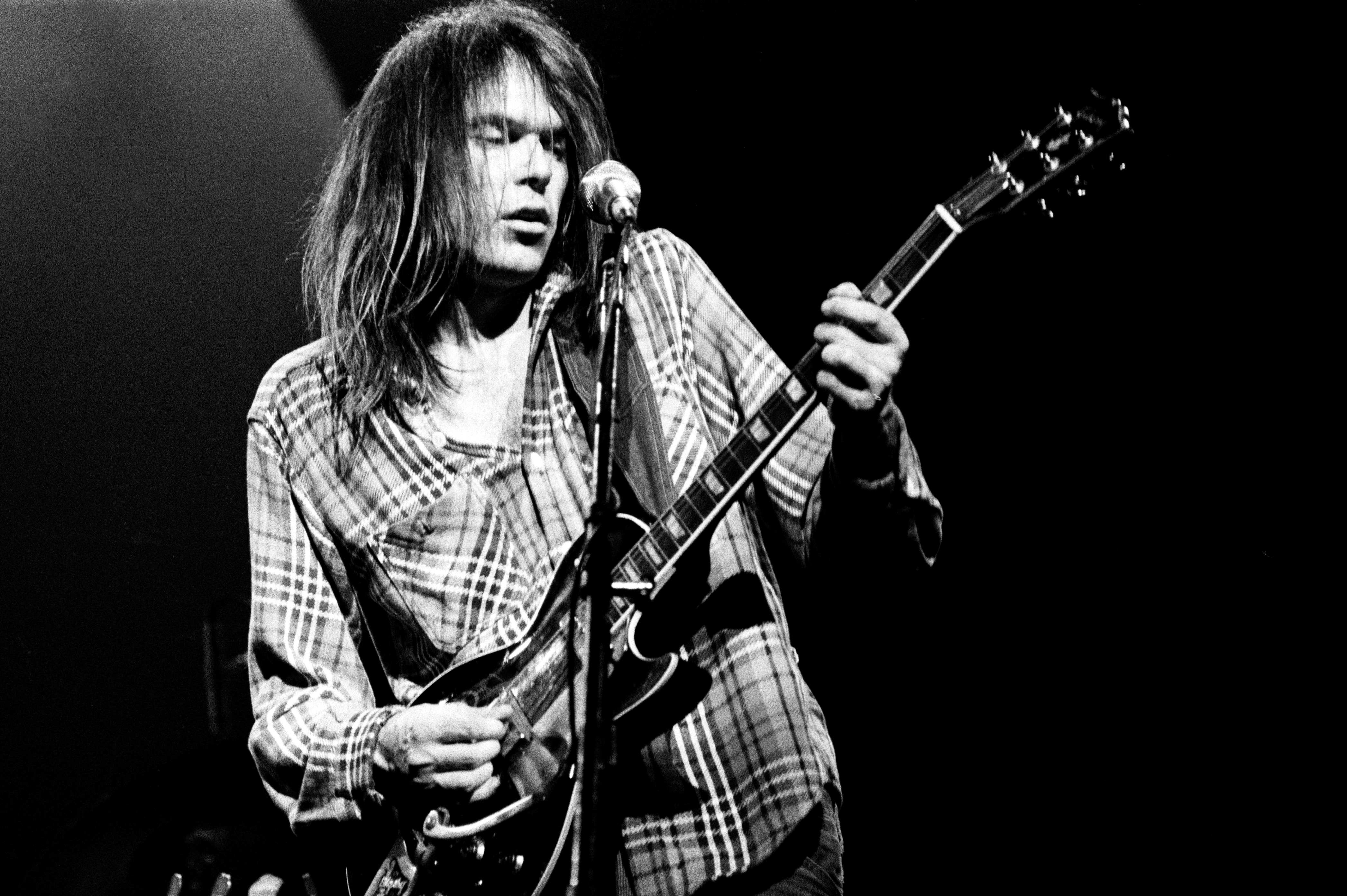Candian singer-songwriter Neil Young performs on stage at Hammersmith Odeon, London, 28th March 1976. (Photo by Michael Putland/Getty Images)