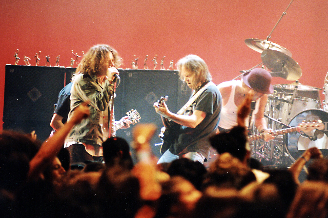 Neil Young, Pearl Perform 'Rockin' in the Free World' at 1993 MTV VMAs -  Rolling Stone