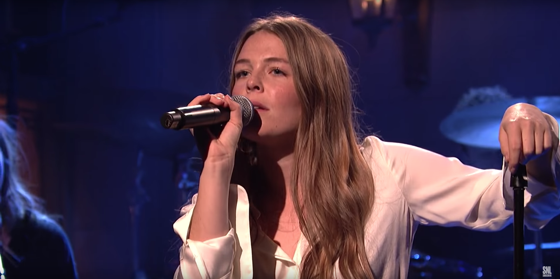 See Maggie Rogers Deliver Heartfelt Take Of Light On In Snl Debut Rolling Stone