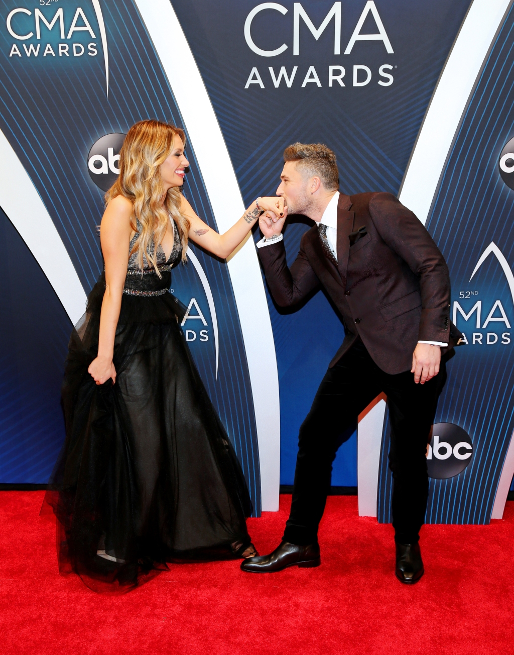 Singers Carly Pearce and Michael Ray, who recently revealed that they are dating, arrived together at the 2018 CMA Awards.