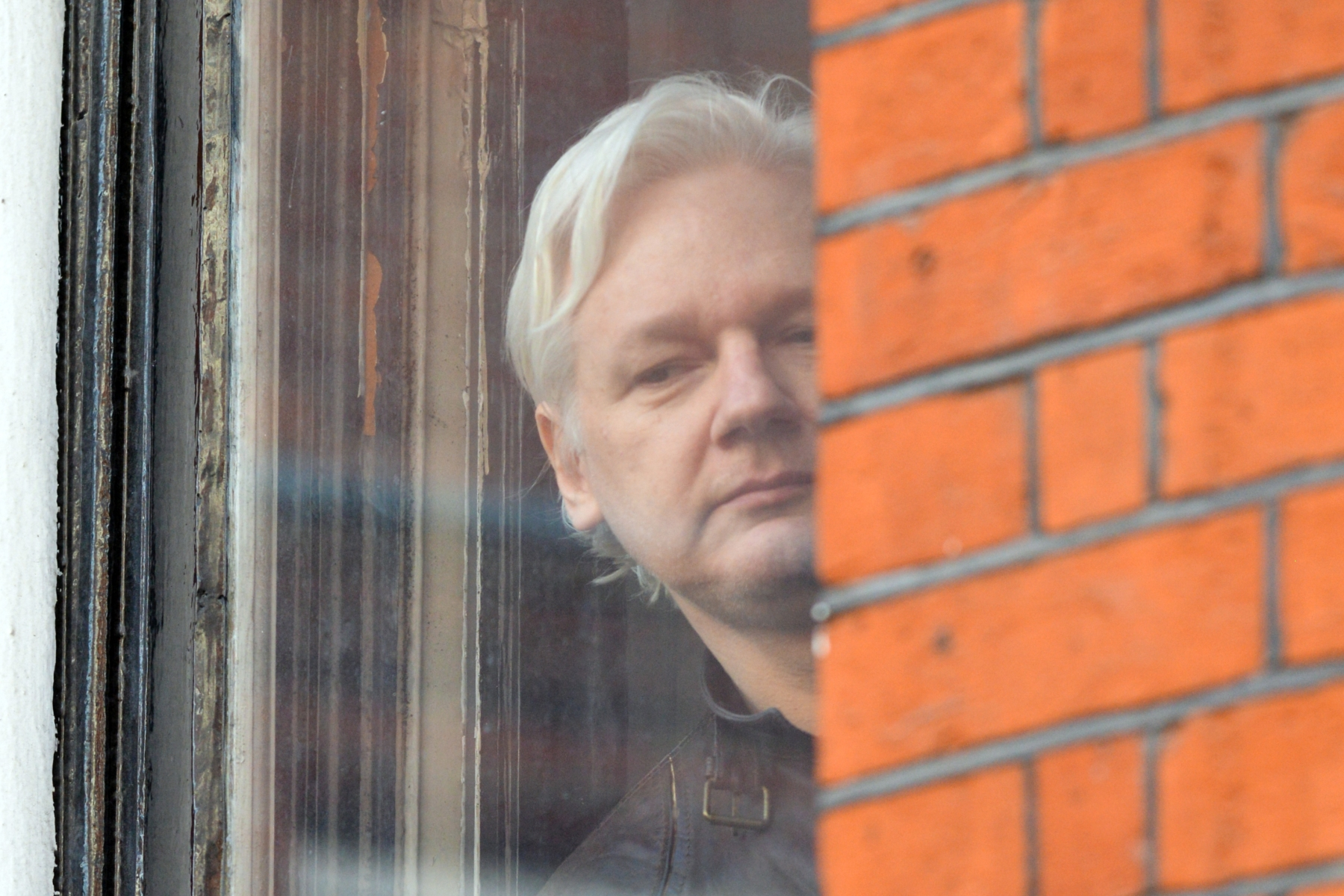 LONDON, UNITED KINGDOM - MAY 19: Julian Assange speaks to the media from the balcony of the Embassy Of Ecuador on May 19, 2017 in London, England.Julian Assange, founder of the Wikileaks website that published US Government secrets, has been wanted in Sweden on charges of rape since 2012. He sought asylum in the Ecuadorian Embassy in London and today police have said he will still face arrest if he leaves.PHOTOGRAPH BY Matthew Chattle/Barcroft ImagesLondon-T:+44 207 033 1031 E:hello@barcroftmedia.com -New York-T:+1 212 796 2458 E:hello@barcroftusa.com -New Delhi-T:+91 11 4053 2429 E:hello@barcroftindia.com www.barcroftimages.com (Photo credit should read Matthew Chattle/Barcroft Images / Barcroft Media via Getty Images)