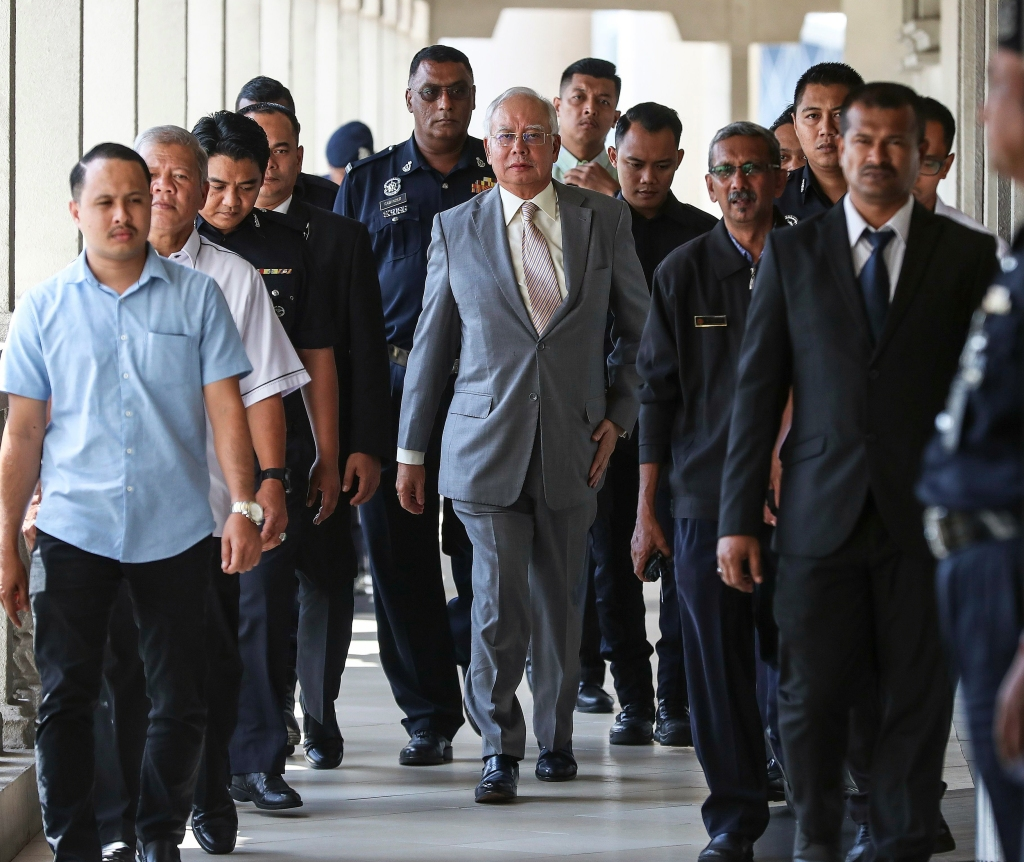Former Malaysia prime minister Najib Razak (C) leaves the Kuala Lumpur High Court, Malaysia, 25 October 2018. Najib Razak faces charges under Section 409 of the Penal Code in relation to misappropriation of government funds., according to an spokesperson for the Malaysian Anti-Corruption Commission (MACC). Former Malaysian Prime Minister Najib Razak to face Criminal Breach of Trust charges, Kuala Lumpur, Malaysia - 25 Oct 2018