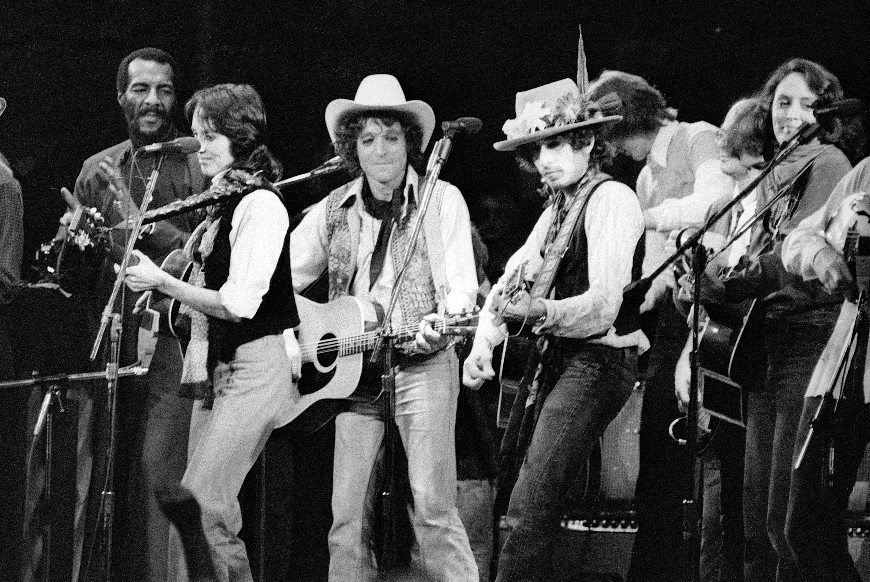 "(Original Caption) Entertainers Joni Mitchell, Richie Havens, Joan Baez, Jack Elliott, and Bob Dylan perform at a Madison Square Garden benefit concert for Rubin ""Hurricane"" Carter, former middleweight boxer serving life imprisonment for a triple murder he swears he did not commit."