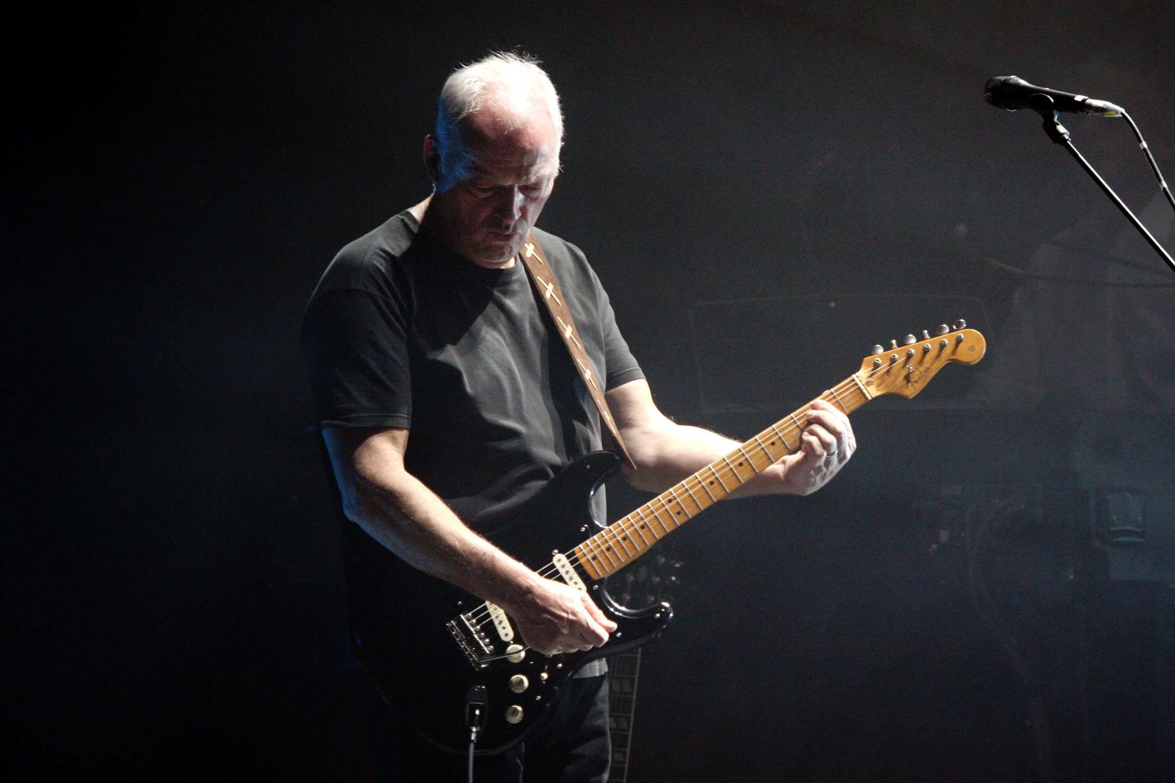 david gilmour plays a soaring comfortably numb in 2006 watch rolling stone. Black Bedroom Furniture Sets. Home Design Ideas