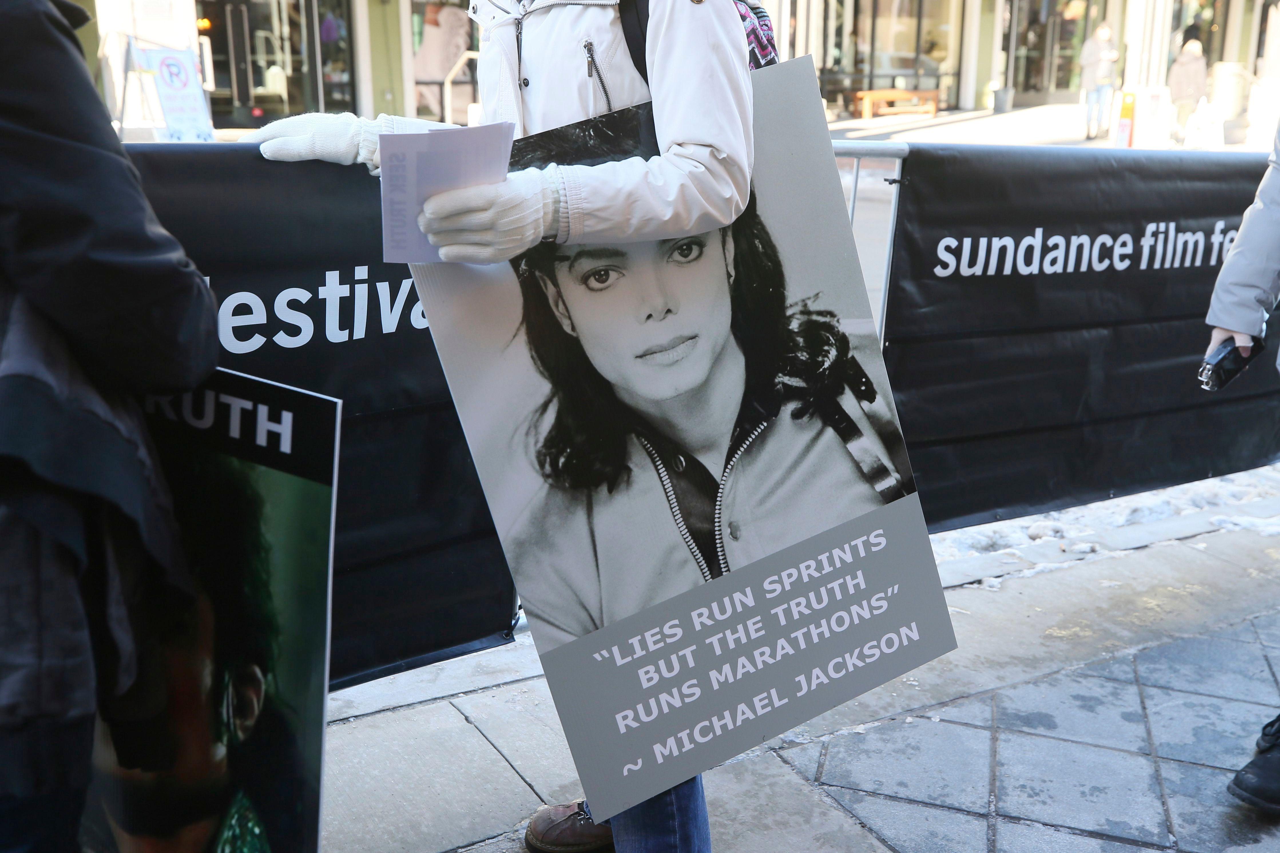 Catherine Van Tighem, die aus Calgary, Kanada, fuhr, hält außerhalb der Premiere des Michael Jackson-Dokumentarfilms