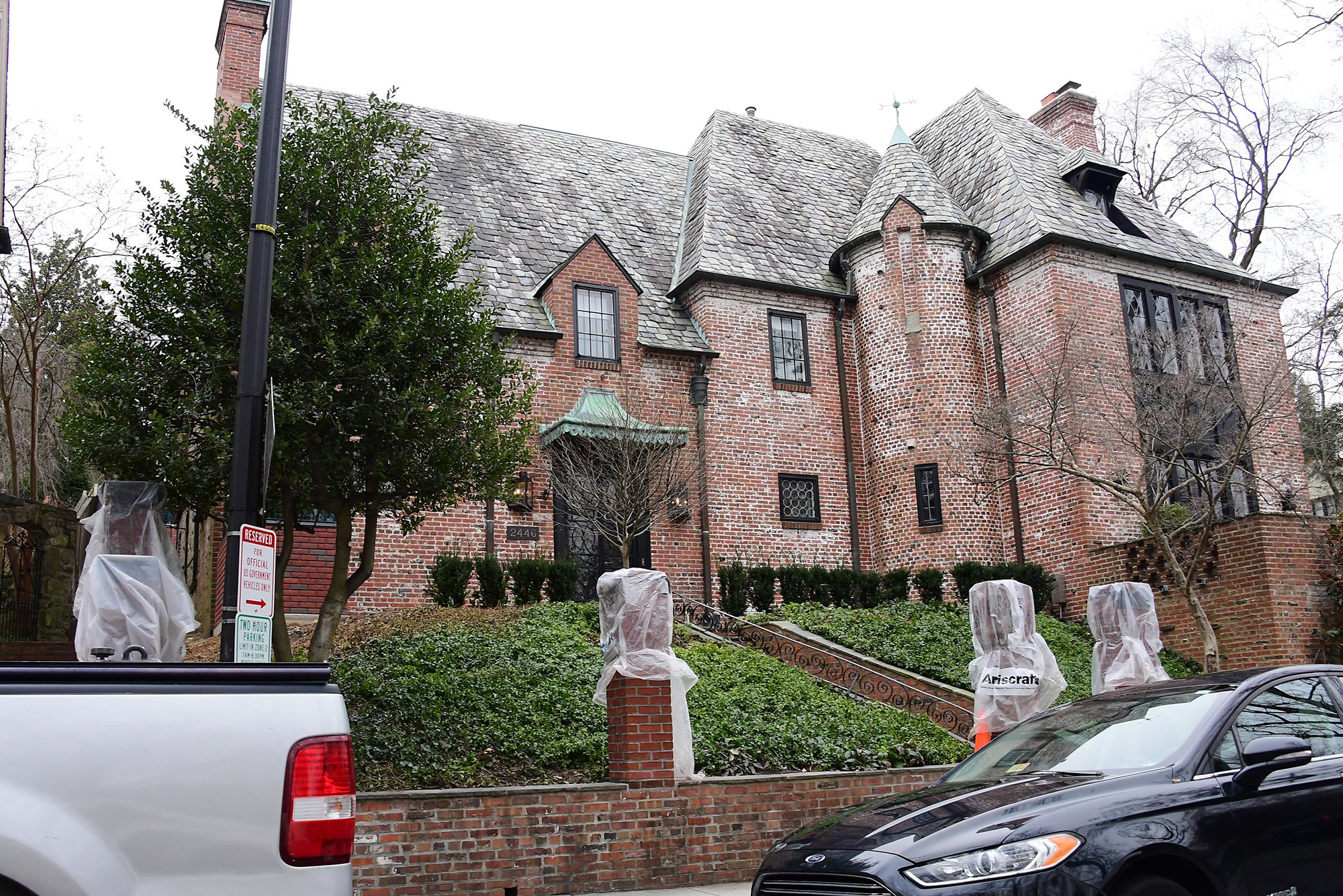 the Obama's red brick home that does not have a 10 foot wall around it
