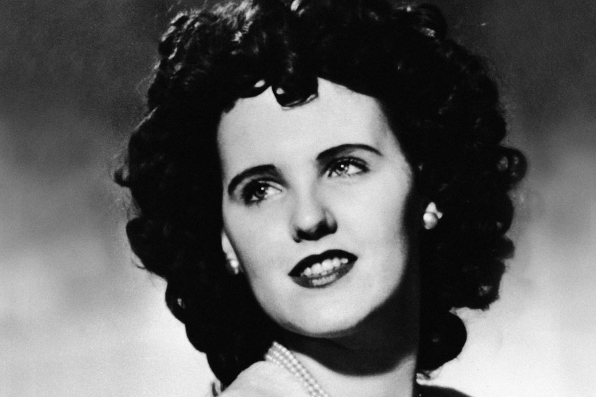"""Pada tahun 1947 tubuh Elizabeth Short yang berusia 22 tahun ditemukan dalam dua bagian di tempat parkir di Los Angeles. Menurut laporan surat kabar yang muncul tidak lama setelah pembunuhan itu, Short menerima julukan """"Black Dahlia"""" di toko obat Long Beach pada musim panas 1946, sebagai permainan film The Blue Dahlia saat itu."""