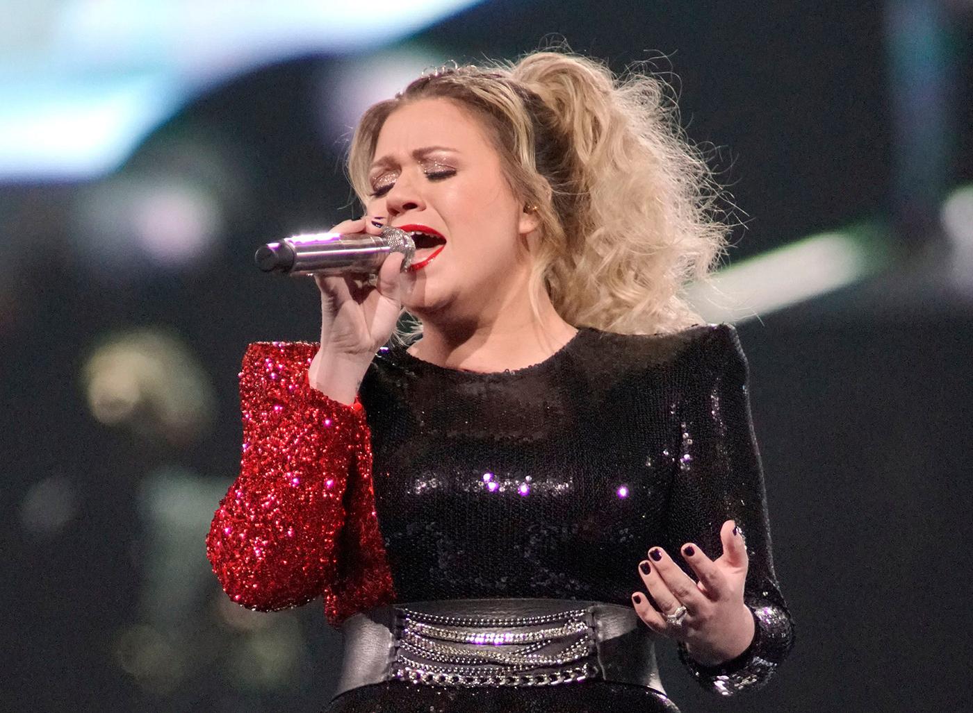 Kelly Clarkson Sings Brandi Carlile's 'The Joke' – Rolling Stone