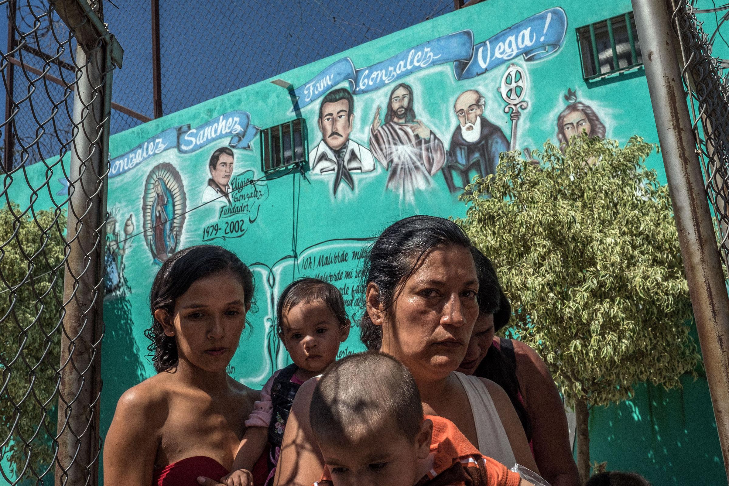 Une famille lors de la procession du saint narco Jesus Malverde.A Culiacan fief du cartel de Sinaloa et du celebre narcotrafiquant El Chapo Guzman, il existe un saint dedie au narcotrafic. Compare à Robin des bois, Jesus Malverde est adule par le grand banditisme. Chaque annee le 3 mai une procession s'organise dans la chapelle qui lui est dediee.03/05/2017Culiacan, Sinaloa, Mexique. *** Local Caption *** Saint narco. AK47 Catholique Mexico Mexique amerique latine armes croyance culiacan drogue jesus malverde malverde narco narcotraficants procession religion saint whisky figure religieuse