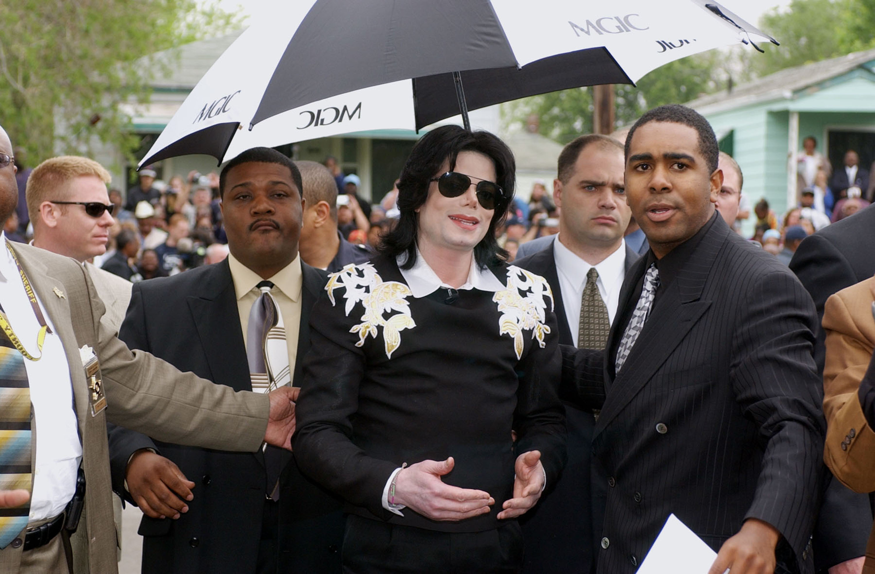 bbaec0552dd GARY, INDIANA - JUNE 11: Singer Michael Jackson greets fans while visiting  City Hall