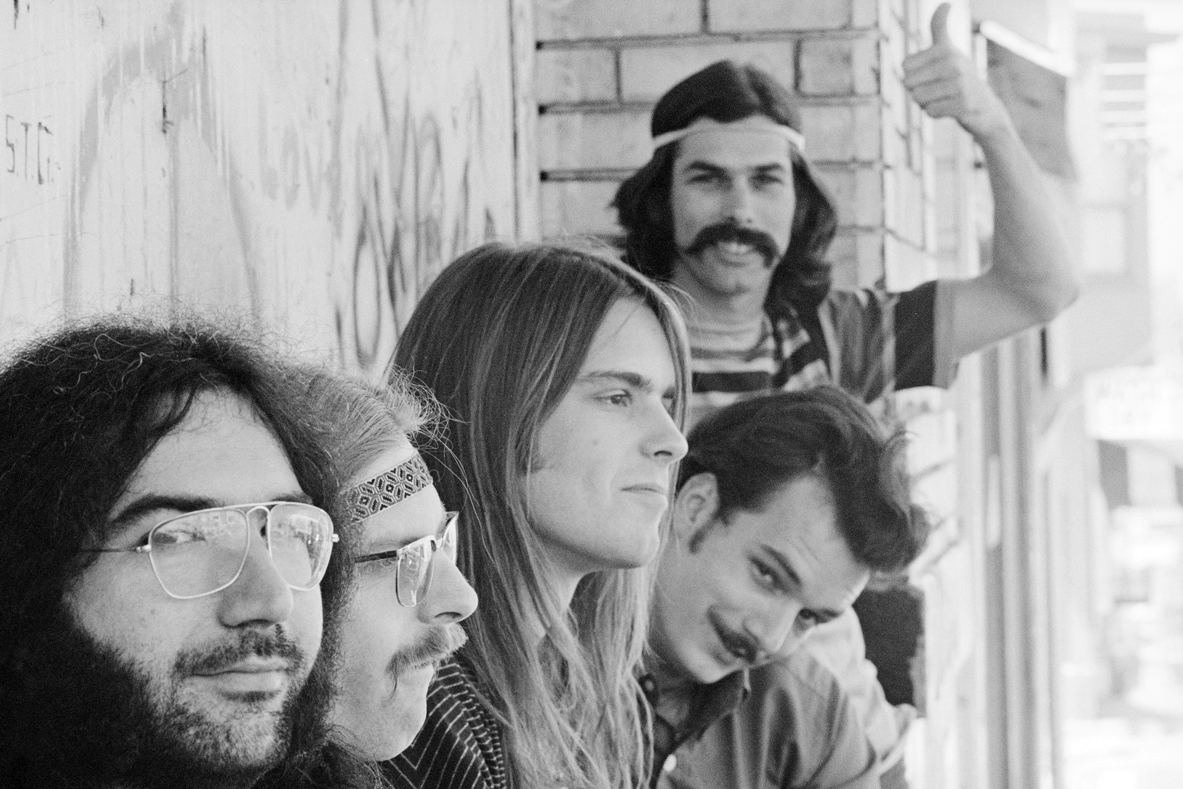 UNITED STATES - CIRCA 1968:  1968, California, San Francisco, Grateful Dead, L-R: Jerry Garcia, Phil Lesh, Bob Weir, Bill Kreutzmann, Mickey Hart (standing).  ((Photo by Malcolm Lubliner/Michael Ochs Archives/Getty Images))
