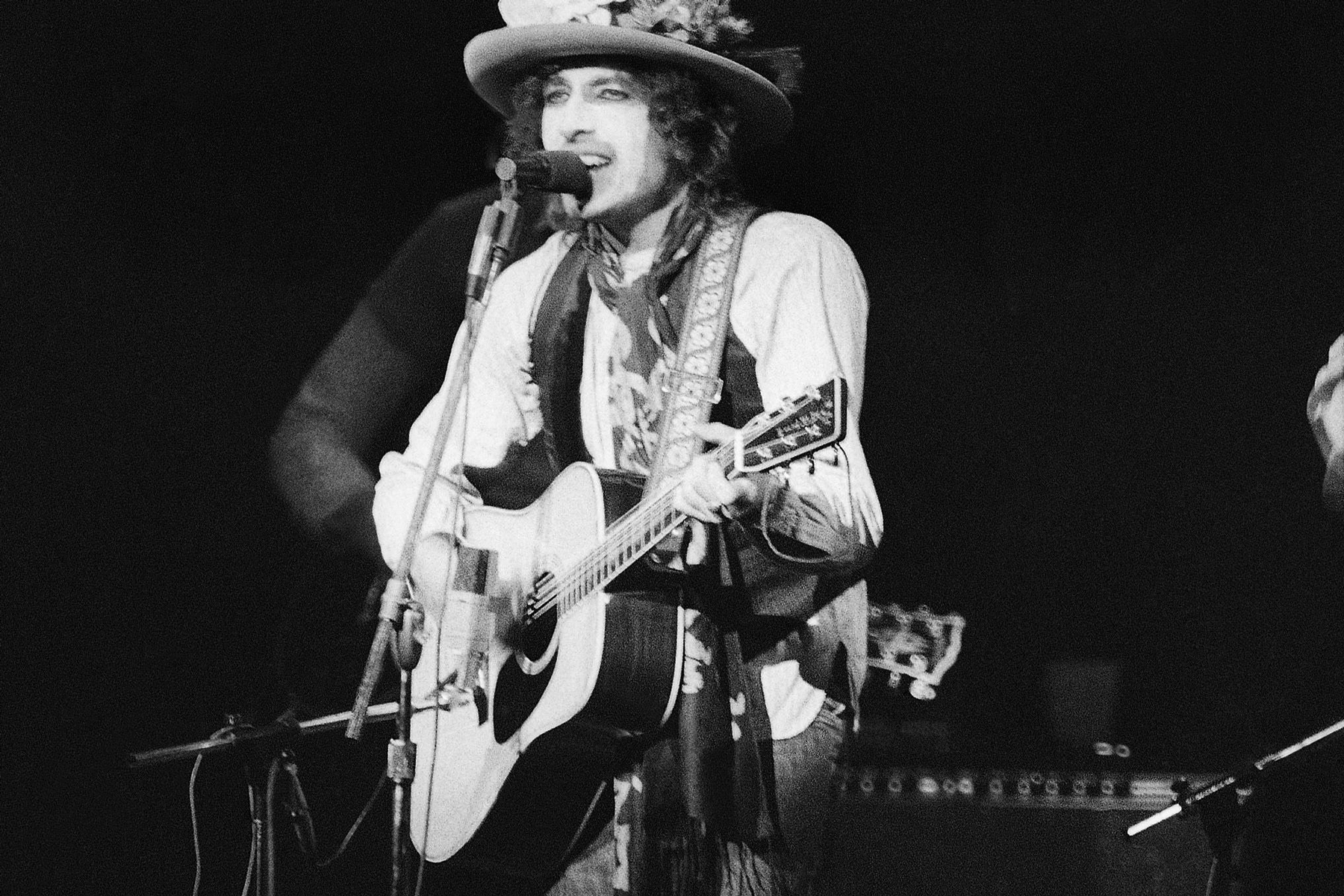 "Watchf Associated Press Domestic News New York United States APHS57323 BOB DYLAN SINGS FOR ""HURRICANE"" CARTER Bob Dylan performs before a sold-out crowd of about 20,000 in New York's Madison Square Garden, Dec. 8. 1975 at a benefit concert to support efforts to get a new trail for former Boxer Rubin ""Hurricane"" Carter. Carter is now serving three-life sentences for murder in New JerseyBOB DYLAN SINGS FOR ""HURRICANE"" CARTER, NEW YORK, USA"