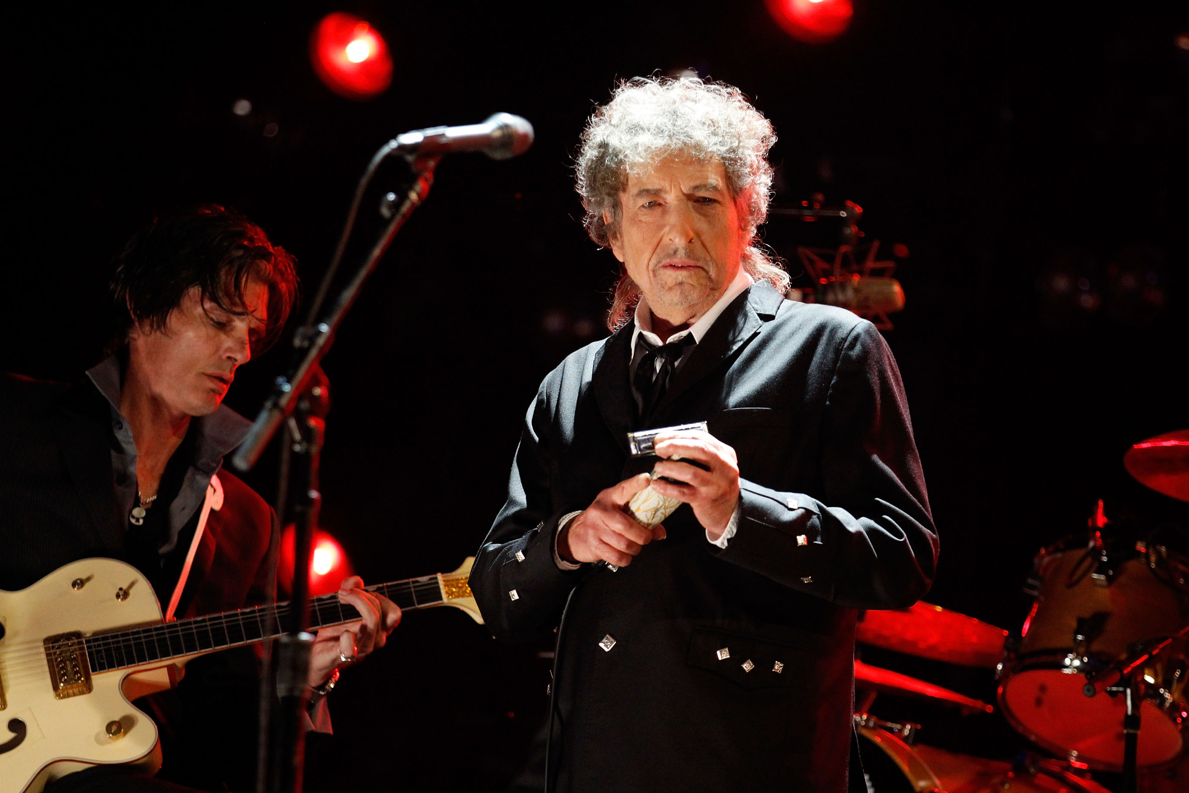 Bob Dylan Is Not a Fan of You Taking His Photo Onstage
