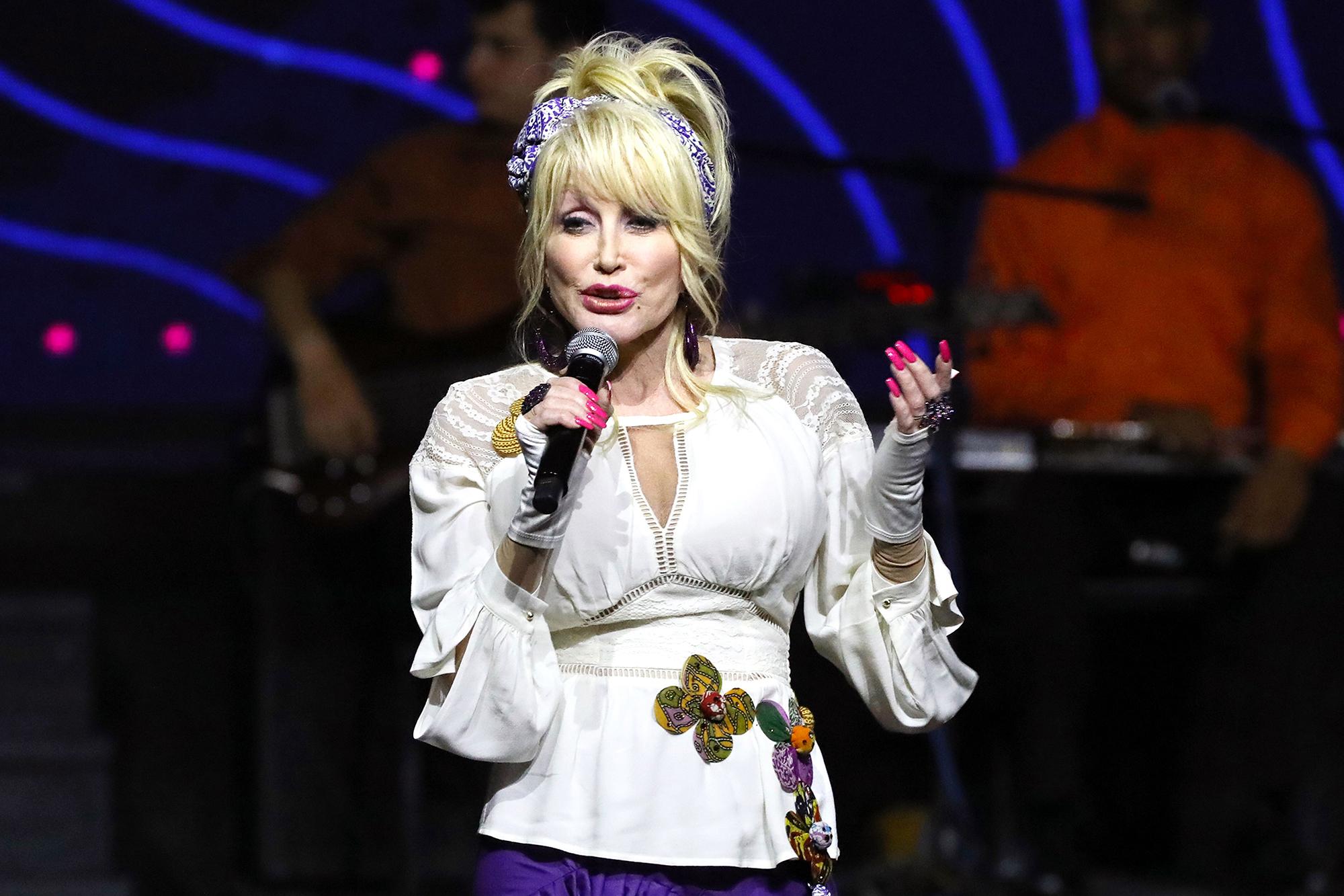 Dolly Parton Slates 'Christmas at