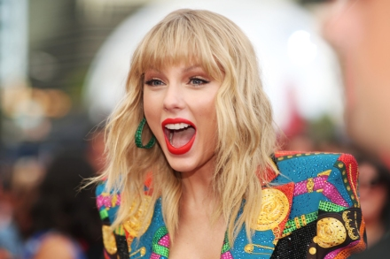 Taylor Swift Opens 2019 VMAs with 'You Need to Calm Down,' 'Lover'