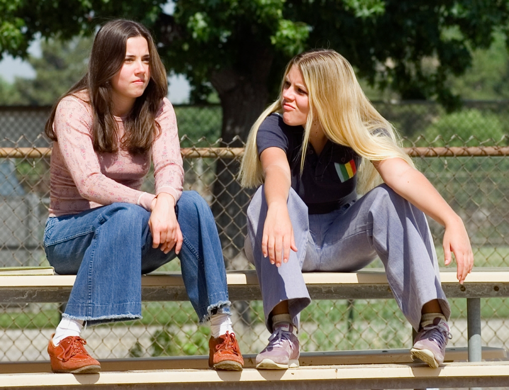 Linda Cardellini as Lindsay Weir and Busy Philipps as Kim Kelly in Freaks and Geeks, 1999.