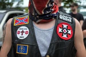 MADISON, EE. UU. - 31 DE AGOSTO: Miembros de la organización racista supremacista blanca Ku Klux Klan (KKK) son vistos durante una manifestación en Madison, Indiana, Estados Unidos el 31 de agosto de 2019. (Foto de Megan Jelinger / Agencia Anadolu a través de Getty Images)