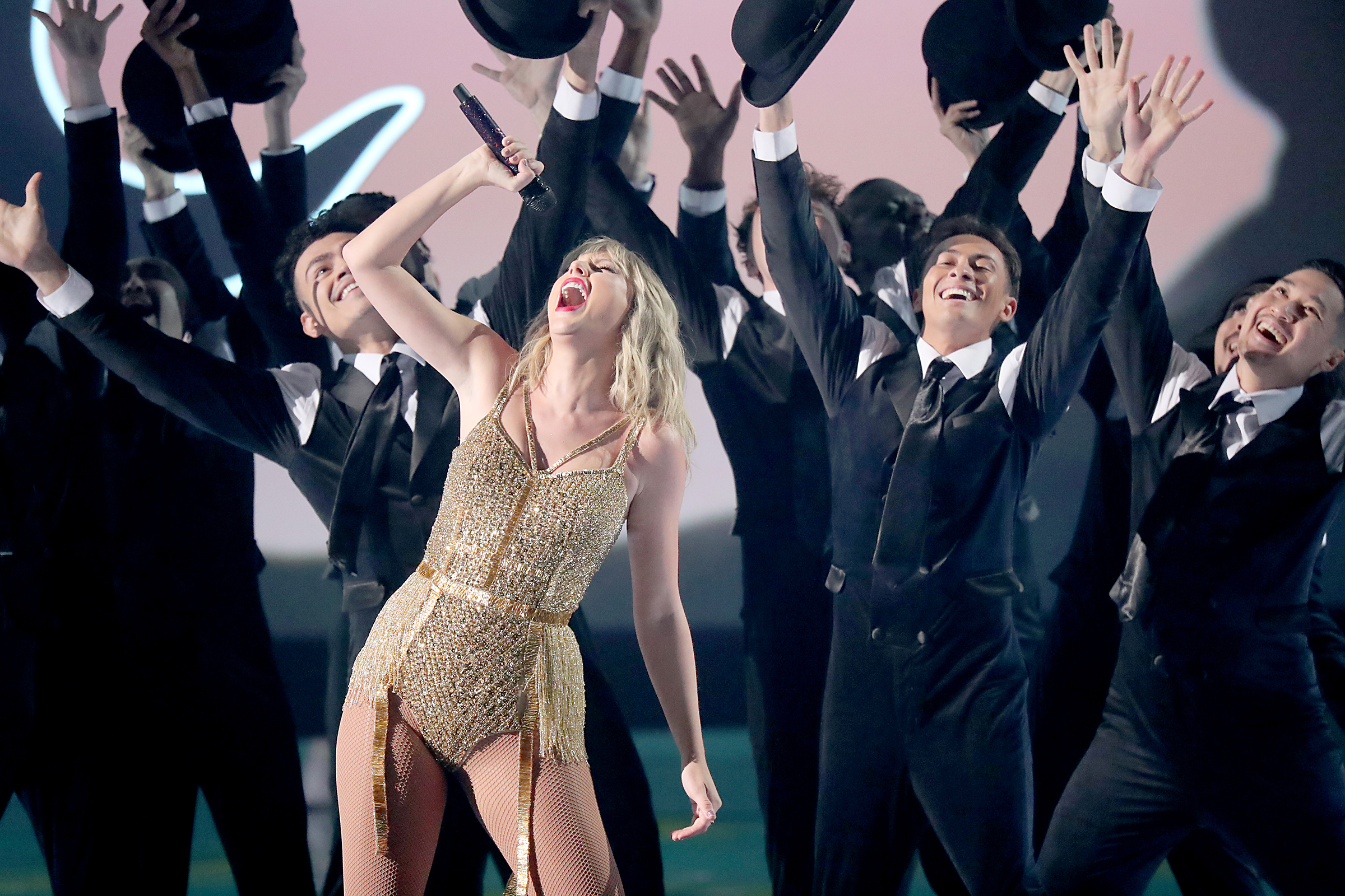 Watch Taylor Swift S Career Spanning Amas Performance Rolling Stone