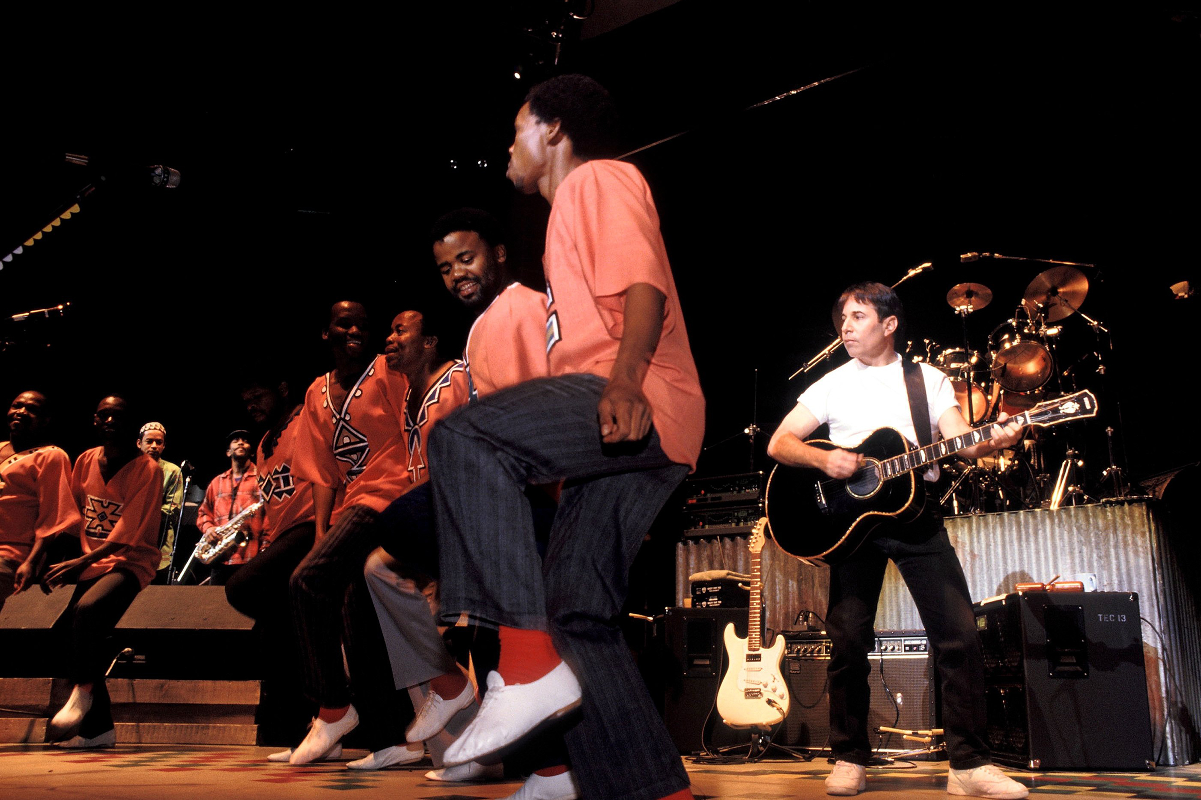 Flashback: Paul Simon Performs 'Diamonds on the Soles of Her Shoes' With Ladysmith Black Mambazo in 1987 - EpicNews