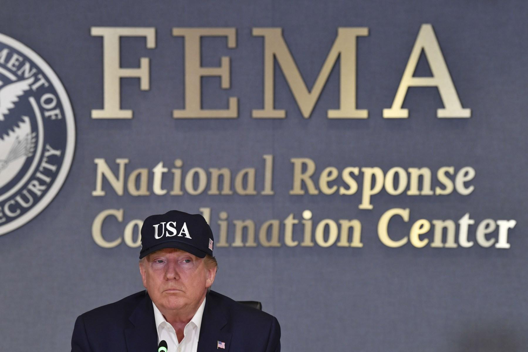 USAs president Donald Trump mottar en orientering ved Federal Emergency Management Administration (FEMA) om orkanen Dorian i Washington, DC, 1. september 2019. (Foto av Nicholas Kamm / AFP) (Foto av NICHOLAS KAMM / AFP via Getty Images)