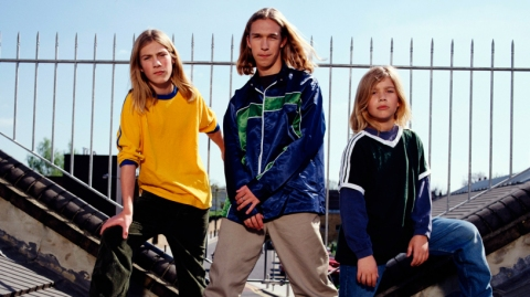 American pop band Hanson pose for a group portrait on a roof in London in 1997 L-R Taylor Hanson, Isaac Hanson and Zac Hanson. (Photo by Mike Prior/Getty Images)