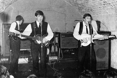 "LIVERPOOL - 22 AĞUSTOS: Rock and roll grubu ""The Beatles"" 22 Ağustos 1962'de Cavern Club'da sahne alıyor. (LR) George Harrison, Paul McCartney, John Lennon.  (Fotoğraf: Michael Ochs Arşivleri / Getty Images)"