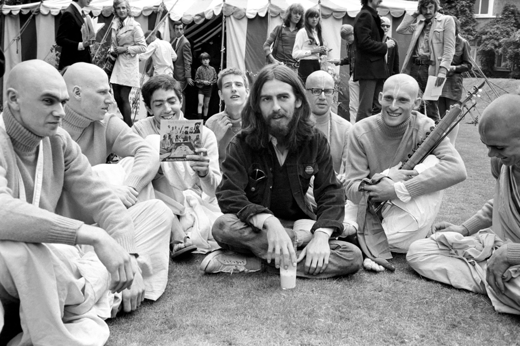 B59FGD George Harrison of the Beatles pictured amongst the Buddhist American group, The Radha Krishna Temple. August 1969 ;Z08251-005