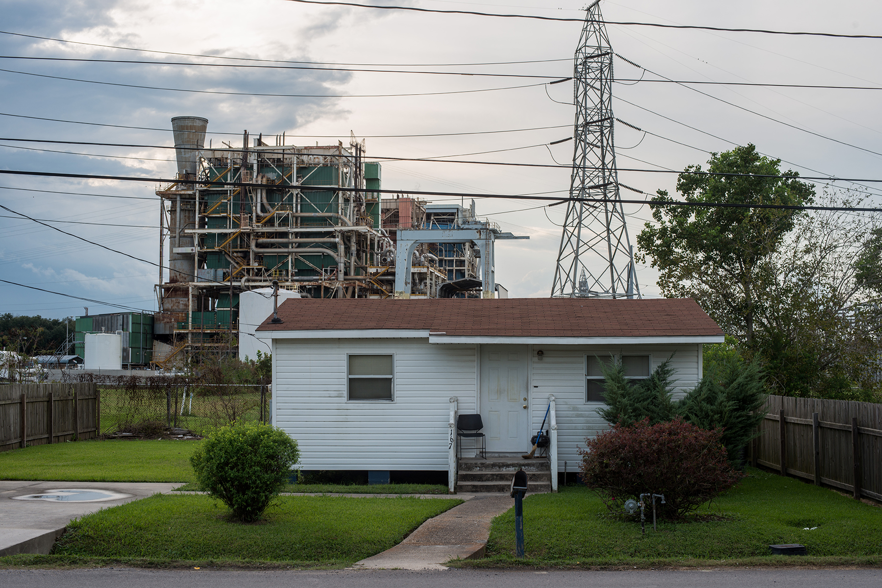 BATON ROUGE, LOUISIANA - OCTOBER 12: A house sits along the long stretch of River Road by the Mississippi River and the many chemical plants October 12, 2013. 'Cancer Alley' is one of the most polluted areas of the United States and lies along the once pristine Mississippi River that stretches some 80 miles from New Orleans to Baton Rouge, where a dense concentration of oil refineries, petrochemical plants, and other chemical industries reside alongside suburban homes. (Photo by Giles Clarke/Getty Images.)