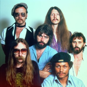 "1976: (Clockwise from bottom left) Jeff ""Skunk"" Baxter, John Hartman, Patrick Simmons, Keith Knudsen, Tiran Porter and Michael McDonald (center) of the rock and roll band ""The Doobie Brothers"" pose for a portrait in 1976. (Photo by Michael Ochs Archives/Getty Images)"