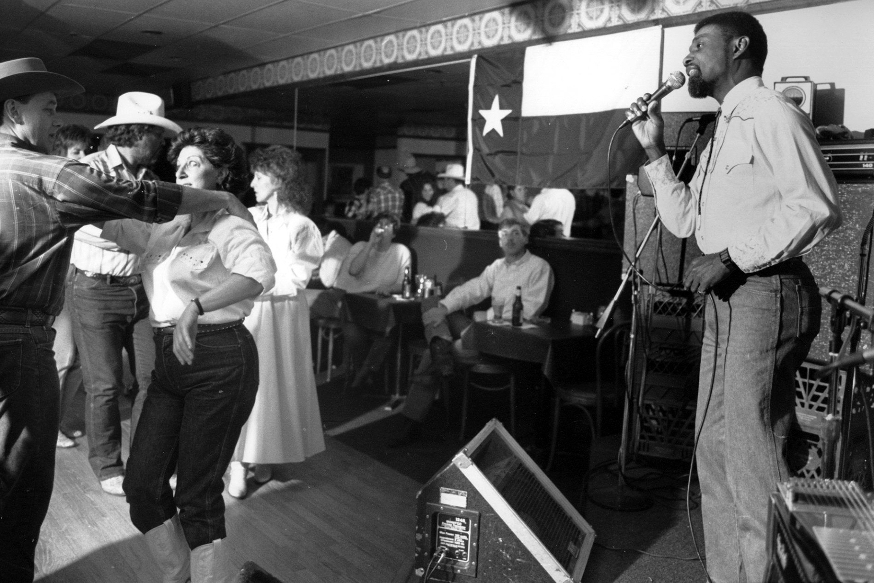 4/25/90 - by Frank Johnston - Alexandria, VA - Cleve Francis, a Mount Vernon cardiologist, sings counrty western music at GW's Restaurant in Alexandria, VA. (Photo by Frank Johnston/The The Washington Post via Getty Images)