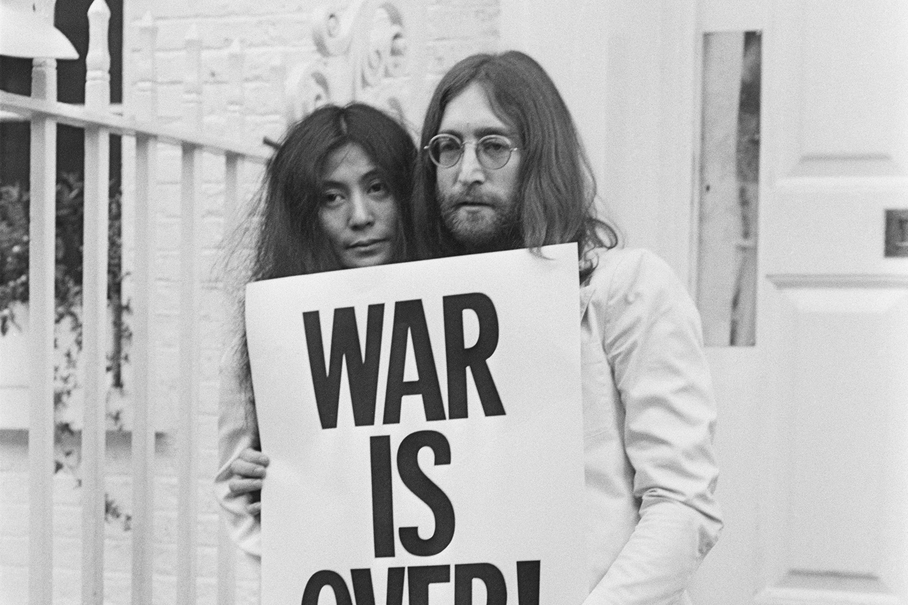 John Lennon Yoko Ono S Happy Xmas War Is Over Watch Video Rolling Stone