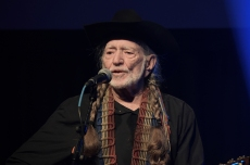 Willie Nelson Pays Tribute to Frank Sinatra With 'That's Life' Lyric Video