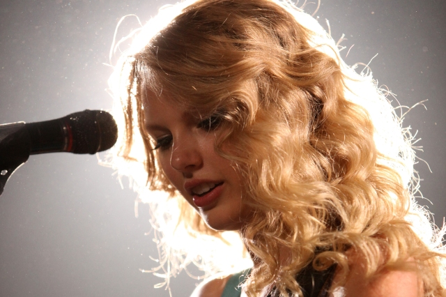 'Fearless' vs. 'Fearless (Taylor's Version)': Which One Are People Streaming?.jpg