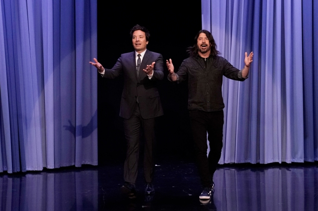 Dave Grohl Shares Beatles Stories, Recreates Foo Fighters Meme While Co-Hosting 'Tonight Show'.jpg