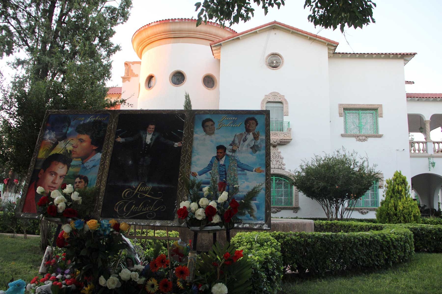 A house of the late Mexican singer and composer Juan Gabriel is seen on the first anniversary of his death, August 27, 2017, in Juarez, Chihuahua, Mexico. / AFP PHOTO / Herika MARTINEZ        (Photo credit should read HERIKA MARTINEZ/AFP via Getty Images)