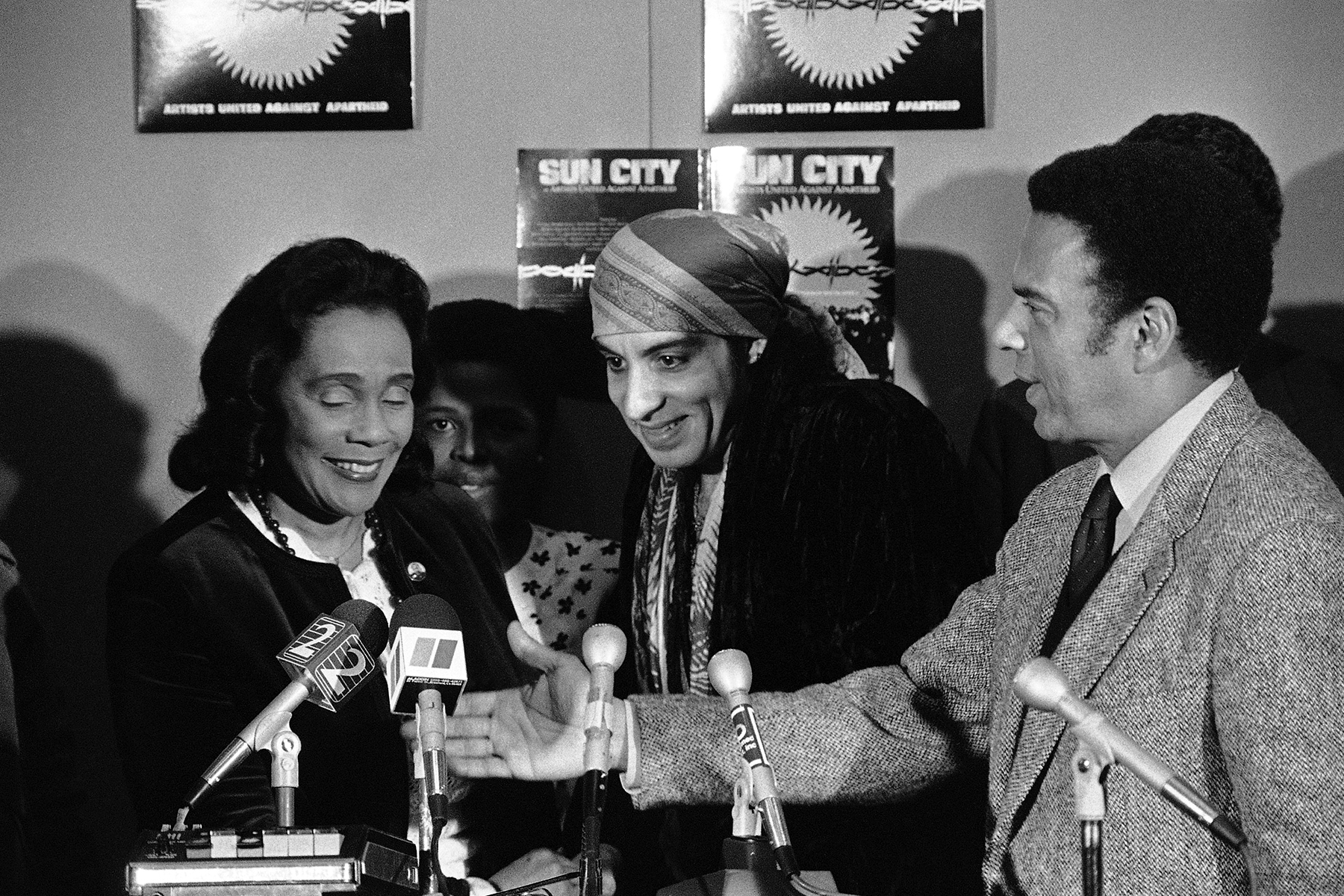 """""""Litle Steven"""" Van Zandt, who organized the anti-apartheid """"Sun City"""" recording, joins a press conference in Atlanta, Thursday, Dec. 19, 1985 with Mrs. Coretta Scott King, left, and Atlanta Mayor Andrew Young, right. Mrs. King, the widow of Dr Martin Luther King, Jr., accepted two checks of $25,000 each from Artists United Against Apartheid who made the record. (AP Photo/Charles Kelly)"""
